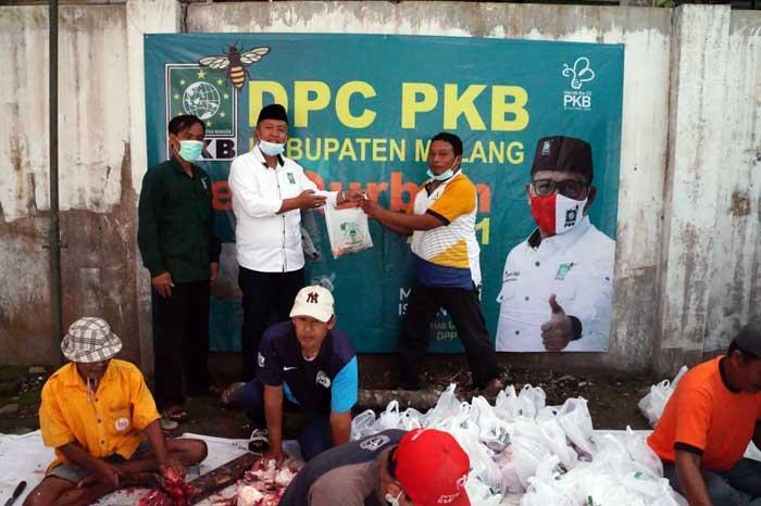 Dalam Rangka Harlah PKB ke -23, DPC PKB Bagikan Daging Kurban dan 500 Paket Sembako