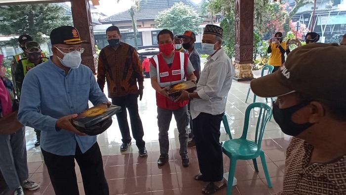 Puluhan Petugas Kebersihan Dapatkan Donasi dari Alfamart Jelang Idul Adha